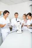 Επιστήμονας που αναλύει το δείγμα στο ιατρικό εργαστήριο Στοκ Εικόνες