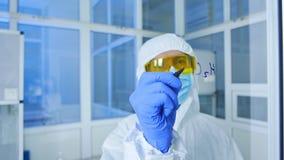 Επιστήμονας που επισύρει την προσοχή τους χημικούς τύπους στο γυαλί απόθεμα βίντεο