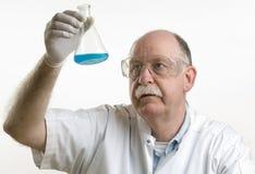 Επιστήμονας που εργάζεται με τις χημικές ουσίες στοκ εικόνες με δικαίωμα ελεύθερης χρήσης