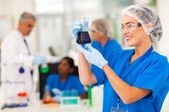 Επιστήμονας που μελετά τις ουσίες στοκ εικόνες