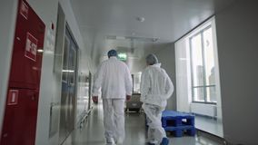Επιστήμονες και γιατροί στο σύγχρονο φαρμακευτικό εργοστάσιο απόθεμα βίντεο