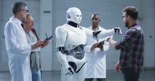 Επιστήμονες που εξετάζουν μια μετακίνηση χεριών ρομπότ humanoid απόθεμα βίντεο
