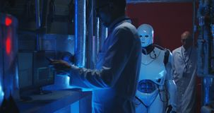 Επιστήμονες που εξετάζουν το ρομπότ humanoid φιλμ μικρού μήκους
