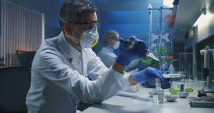 Επιστήμονες που εργάζονται σε ένα εργαστήριο απόθεμα βίντεο