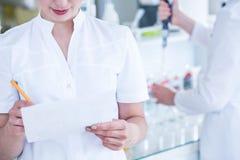 Επιστήμονες στα αποστειρωμένα παλτά στοκ εικόνα με δικαίωμα ελεύθερης χρήσης