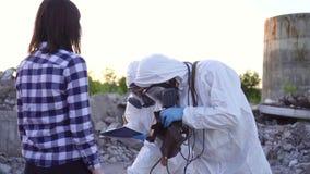 Επιστήμονες στα προστατευτικές κοστούμια και τις μάσκες και προσωπικό δοσίμετρο ακτινοβολίας ιονισμού, ακτινοβολία μέτρου και επη απόθεμα βίντεο