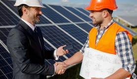 Επιστατών σταθμών ηλιακής ενέργειας επιχειρησιακών πελατών και στα χέρια τινάγματος Στοκ φωτογραφία με δικαίωμα ελεύθερης χρήσης