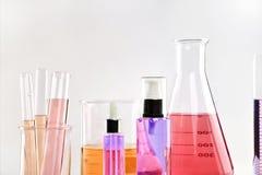Επιστημονικά εργαστηριακά πειραματικά γυαλικά με τη σαφή λύση χρώματος Στοκ φωτογραφία με δικαίωμα ελεύθερης χρήσης