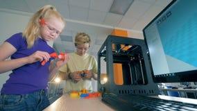 Επιστημονικός χώρος για παιχνίδη με δύο παιδιά που επεξεργάζονται μια συσκευή φιλμ μικρού μήκους