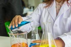 Επιστημονικό εξεταστικό quarity φαρμακοποιών δοκιμής scientificScience φαρμακοποιών δοκιμής επιστήμης Επιστήμονας που εργάζεται σ στοκ φωτογραφία με δικαίωμα ελεύθερης χρήσης