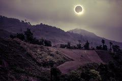 Επιστημονικό φυσικό φαινόμενο Συνολική ηλιακή έκλειψη με το διαμάντι Στοκ φωτογραφίες με δικαίωμα ελεύθερης χρήσης