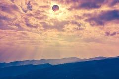 Επιστημονικό φυσικό φαινόμενο Συνολική ηλιακή έκλειψη με το διαμάντι Στοκ Φωτογραφία