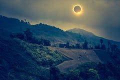 Επιστημονικό φυσικό φαινόμενο Συνολική ηλιακή έκλειψη με το διαμάντι Στοκ Εικόνα