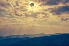 Επιστημονικό φυσικό φαινόμενο Συνολική ηλιακή έκλειψη με το διαμάντι Στοκ Εικόνες