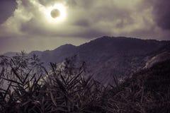 Επιστημονικό φυσικό φαινόμενο Συνολική ηλιακή έκλειψη με το διαμάντι Στοκ εικόνα με δικαίωμα ελεύθερης χρήσης