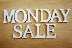 Επιστολές αλφάβητου πώλησης Δευτέρας στην ξύλινη επιχειρησιακή έννοια υποβάθρου στοκ εικόνες