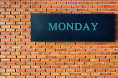 Επιστολές Δευτέρας σε ένα μαύρο υπόβαθρο με το τουβλότοιχο ελεύθερη απεικόνιση δικαιώματος