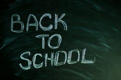 Επιστολές πίσω στο σχολείο με την άσπρη κιμωλία στον πράσινο πίνακα κιμωλίας Στοκ Εικόνες