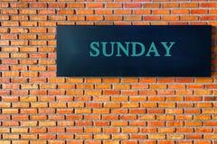 Επιστολές της Κυριακής σε ένα μαύρο υπόβαθρο με το τουβλότοιχο απεικόνιση αποθεμάτων