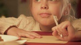 Επιστολή γραψίματος κοριτσιών σε Άγιο Βασίλη, που ονειρεύεται το θαύμα Χριστουγέννων, κινηματογράφηση σε πρώτο πλάνο φιλμ μικρού μήκους