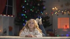 Επιστολή γραψίματος μικρών κοριτσιών σε Santa που βρίσκεται στο πάτωμα, πεποίθηση στο μαγικό παραμύθι απόθεμα βίντεο