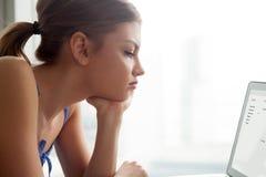Επιστολή ηλεκτρονικού ταχυδρομείου ανάγνωσης γυναικών στην οθόνη lap-top στοκ εικόνες με δικαίωμα ελεύθερης χρήσης