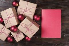 Επιστολή Χριστουγέννων, κατάλογος, συγχαρητήρια σε ένα ξύλινο υπόβαθρο με τη τοπ άποψη κιβωτίων δώρων, διάστημα κειμένων Στοκ Εικόνα