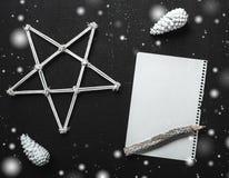 Επιστολή Χριστουγέννων που γράφει σε χαρτί για το μαύρο υπόβαθρο με τις διακοσμήσεις Στοκ Εικόνες