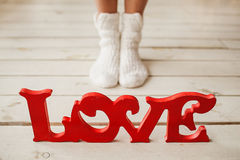 Επιστολές αγάπης στο ξύλινο πάτωμα με τα πόδια γυναικών Στοκ εικόνα με δικαίωμα ελεύθερης χρήσης
