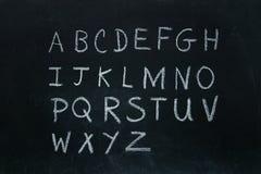 Επιστολές αλφάβητου που γράφονται στην κιμωλία Στοκ εικόνα με δικαίωμα ελεύθερης χρήσης