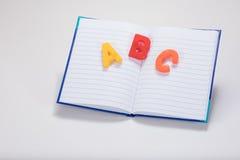 Επιστολές εκμάθησης αλφάβητου ABC και σχολικό βιβλίο Στοκ φωτογραφία με δικαίωμα ελεύθερης χρήσης