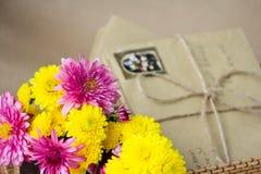 Επιστολές και λουλούδια Στοκ Εικόνα