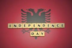 Επιστολές με τη ημέρα της ανεξαρτησίας κειμένων στη εθνική σημαία της Αλβανίας Στοκ φωτογραφία με δικαίωμα ελεύθερης χρήσης