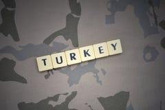 Επιστολές με το κείμενο Τουρκία στο χακί υπόβαθρο τεθωρακισμένων επιθέσεων πράσινο m4a1 στρατιωτικό τουφέκι s σημαιών έννοιας σωμ Στοκ Εικόνες