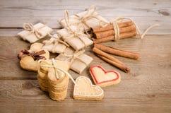 επιστολές που δένονται με τις καρδιές σειράς και μπισκότων Στοκ εικόνες με δικαίωμα ελεύθερης χρήσης