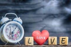 Επιστολές που συλλαβίζουν την αγάπη κόκκινη καρδιά και ξύλινες επιστολές που συλλαβίζουν lov Στοκ Εικόνες