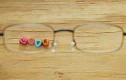 Επιστολή αγάπης με τη μορφή καρδιών που φαίνεται περνώντας eyeglass στοκ εικόνα με δικαίωμα ελεύθερης χρήσης