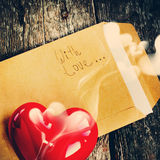 Επιστολή βαλεντίνων με το κόκκινο αρωματικό κερί, τονισμός Στοκ Φωτογραφία