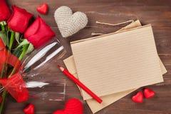 Επιστολή ημέρας βαλεντίνων, σαμπάνια και κόκκινα τριαντάφυλλα Στοκ φωτογραφία με δικαίωμα ελεύθερης χρήσης