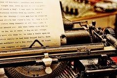 Επιστολή που γράφεται με την εκλεκτής ποιότητας γραφομηχανή Στοκ φωτογραφία με δικαίωμα ελεύθερης χρήσης