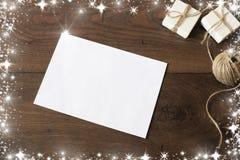 Επιστολή Χριστουγέννων που γράφει στη Λευκή Βίβλο για το ξύλινο υπόβαθρο με τις διακοσμήσεις Σχέδιο συνόρων Χριστουγέννων στο ξύλ Στοκ εικόνα με δικαίωμα ελεύθερης χρήσης