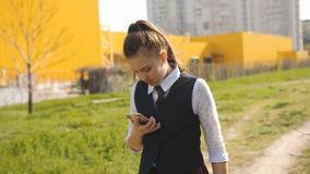 Επιστρεφόμενο έφηβος σπίτι κοριτσιών από το σχολείο μετά από την κατηγορία Το κορίτσι που απαντά στο τηλέφωνο πίσω στο σπίτι και  φιλμ μικρού μήκους
