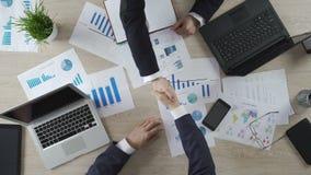 Επισφαλής χειραψία των συνέταιρων, αμφιβολίες ατόμων για τη στρατηγική απόφαση φιλμ μικρού μήκους