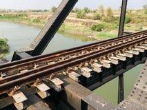 Επισφαλής και επικίνδυνος σιδηρόδρομος που διασχίζει τον ποταμό Στοκ Εικόνες