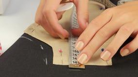 Επισύρετε την προσοχή στο ράβοντας ύφασμα κλείστε επάνω απόθεμα βίντεο