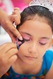 Επισύρετε την προσοχή την πεταλούδα στο πρόσωπο κοριτσιών Στοκ Εικόνες