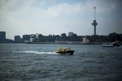 Επιτάχυνση βαρκών ταξί πέρα από τον ποταμό Στοκ φωτογραφία με δικαίωμα ελεύθερης χρήσης