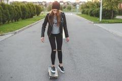 Επιτάχυνση κάνοντας σκέιτ μπορντ τη γυναίκα στην πόλη Στοκ Φωτογραφία