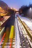 Επιτάχυνση τραίνων μέσω του χιονισμένου σταθμού Στοκ φωτογραφία με δικαίωμα ελεύθερης χρήσης