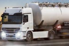 Επιτάχυνση φορτηγών βενζίνης το βράδυ Στοκ εικόνες με δικαίωμα ελεύθερης χρήσης